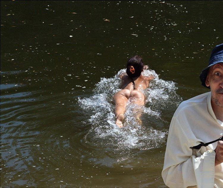 Фото прикол  про дівчат, роздягнених людей, плавання та сідниці