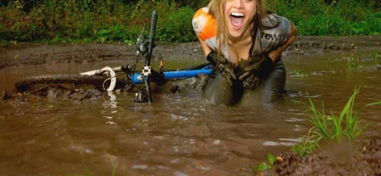 Фото прикол  про велосипедистів, білявок та бруд
