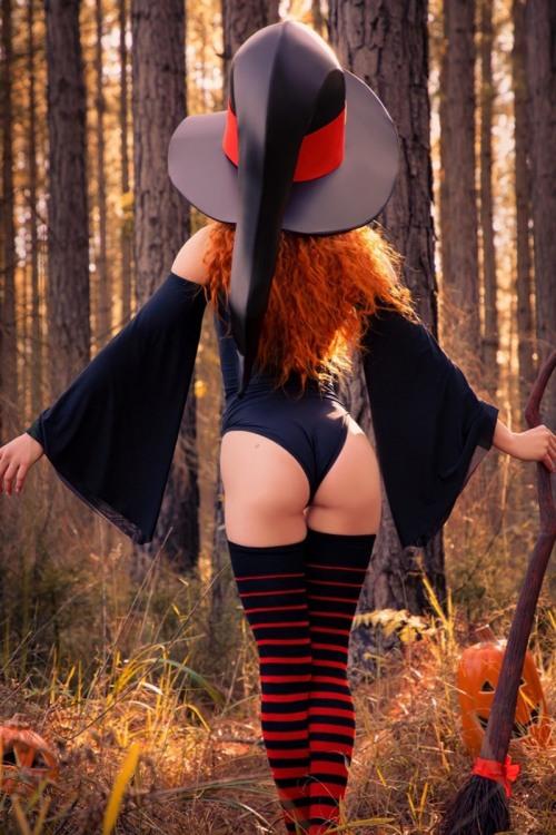 Фото прикол  про відьму, хеллоуїн, сідниці вульгарний