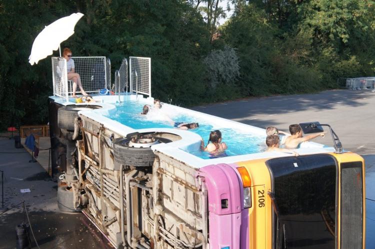 Фото прикол  про автобус та басейн