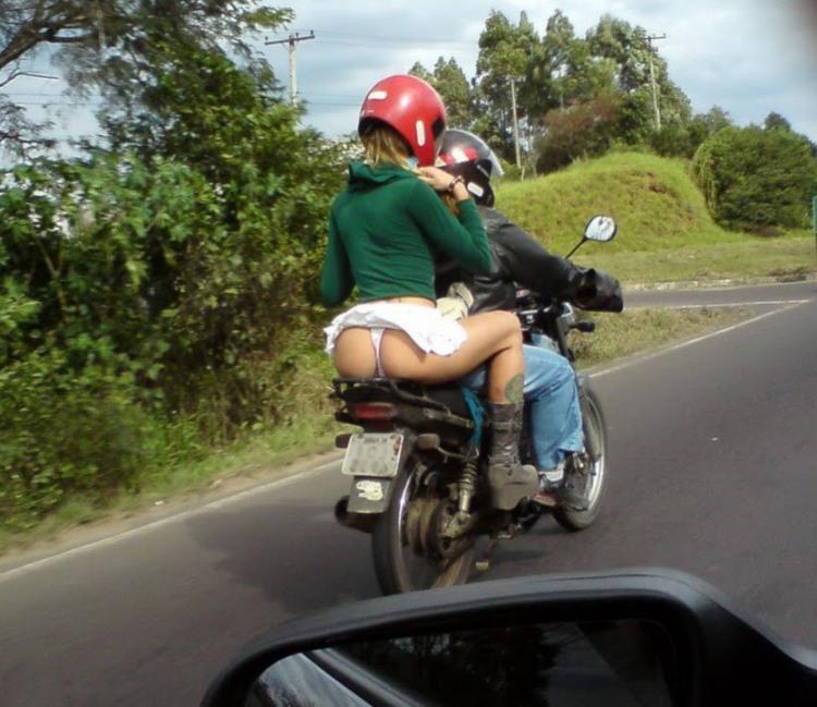Фото прикол  про мотоциклістів, сідниці, засвітила вульгарний
