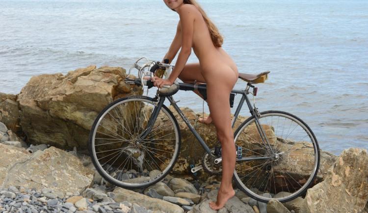 Фото прикол  про велосипедистів, дівчат, роздягнених людей вульгарний