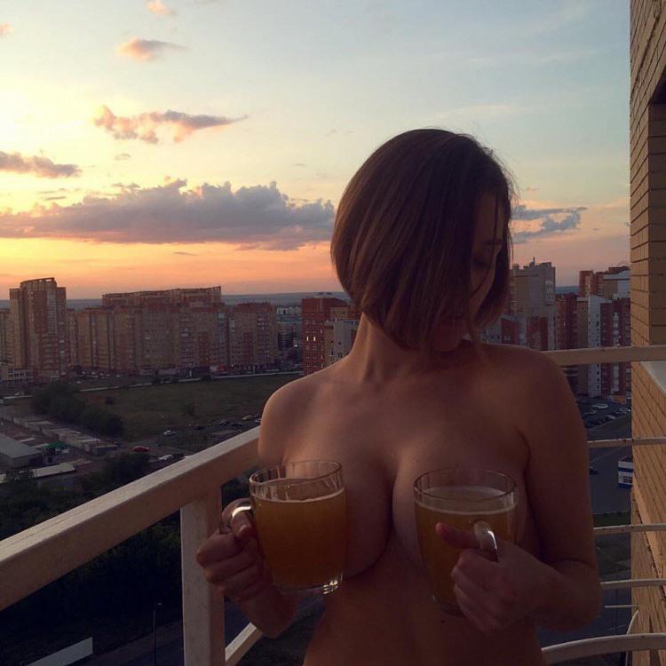 Фото прикол  про дівчат, роздягнених людей, пиво вульгарний