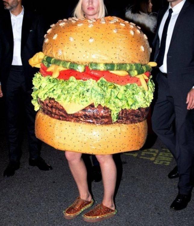 Фото прикол  про костюм та їжу