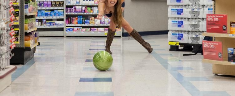 Фото прикол  про боулінг, дівчат та крамницю