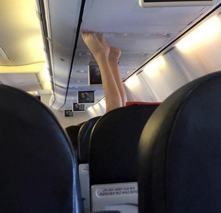 Фото прикол  про ноги та літаки