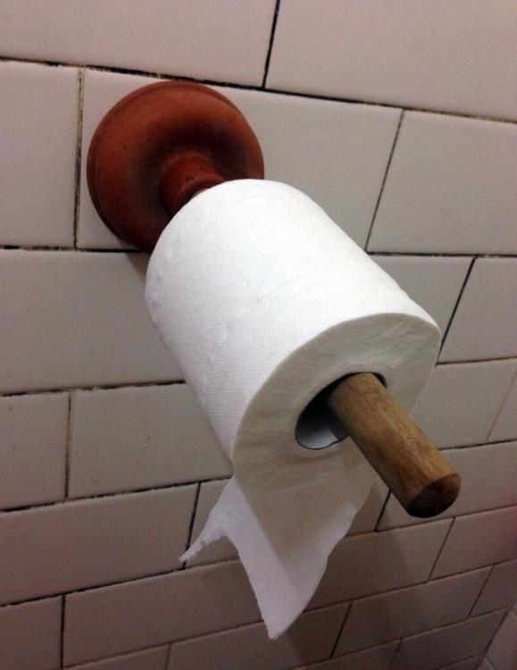 Фото прикол  про вантуз та туалетний папір
