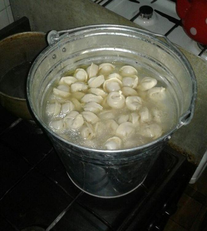 Фото прикол  про пельмені, відро та приготування їжі