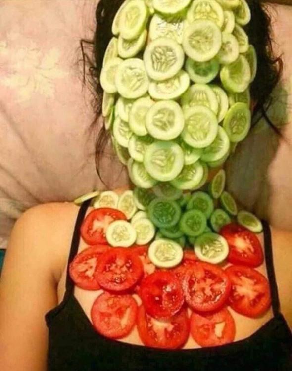Фото прикол  про маску, огірки та помідори