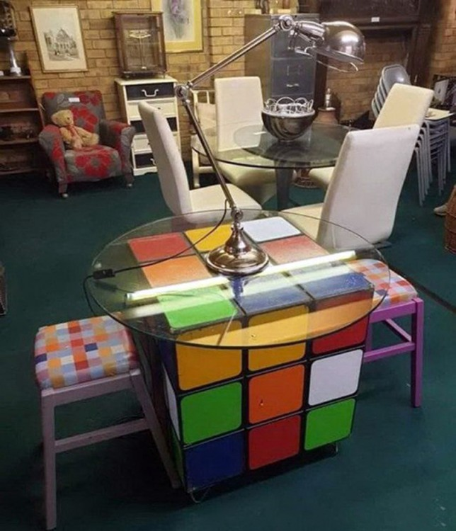 Фото прикол  про кубик рубіка та стіл