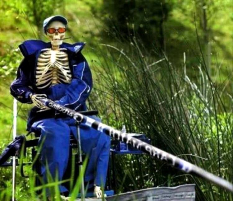 Фото прикол  про скелет, рибалок чорний