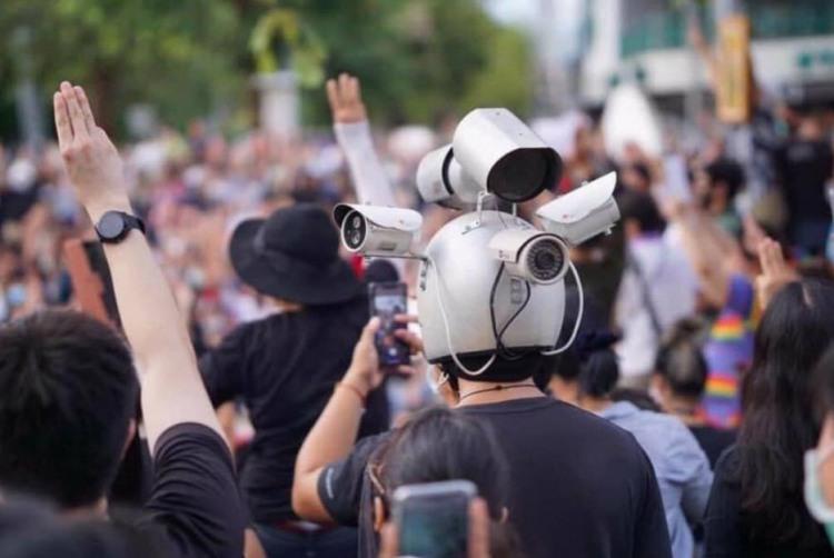 Фото прикол  про шолом та відеокамеру