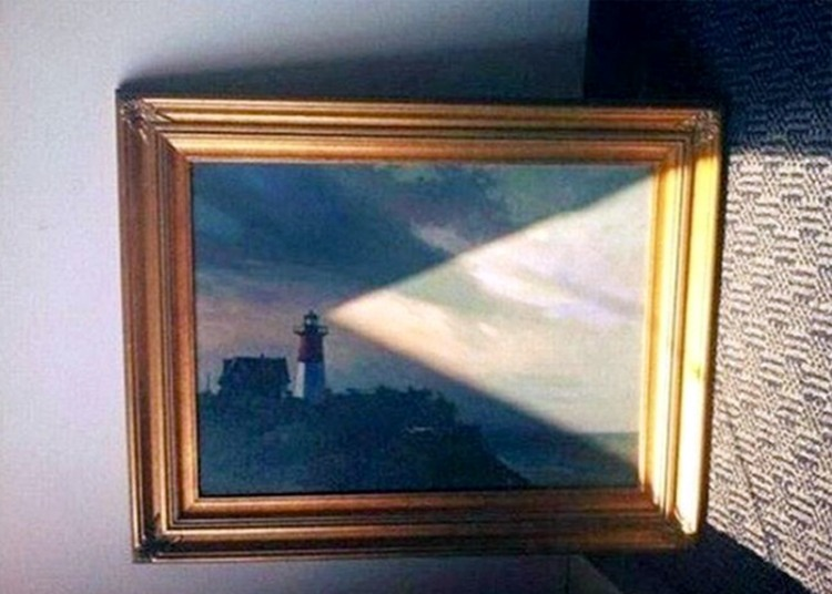 Фото прикол  про маяк, світло та картини