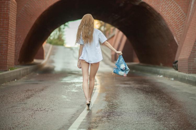 Фото прикол  про білявок, шорти, прогулянку вульгарний
