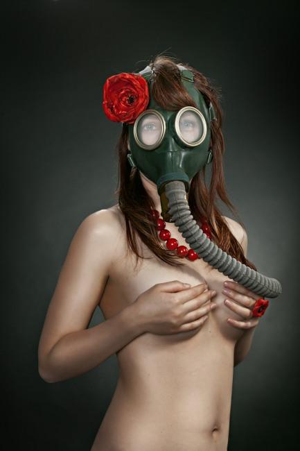 Фото прикол  про протигаз, дівчат та роздягнених людей