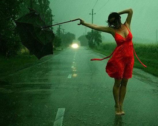 Фото прикол  про дощ та дівчат