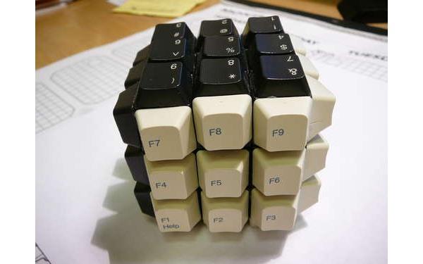 Фото прикол  про кубик рубіка та клавіатуру