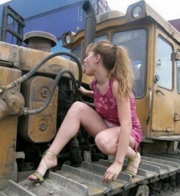 Фото прикол  про дівчат та трактор