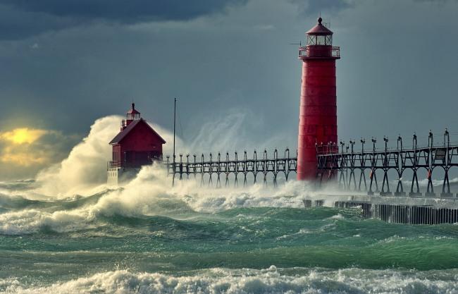 Фото прикол  про маяк та хвилю