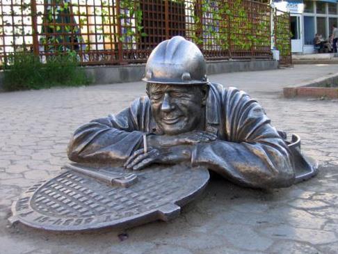 Фото прикол  про пам'ятник та сантехніків
