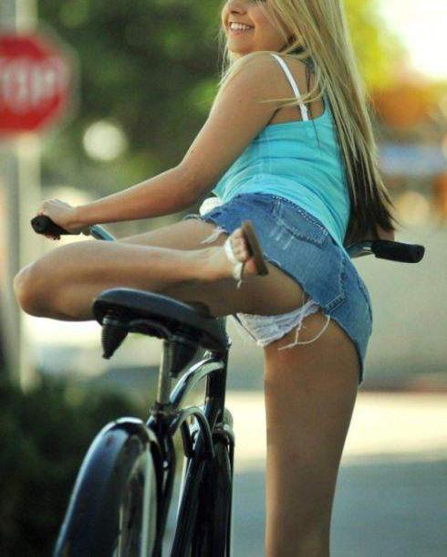 Фото прикол  про велосипедистів, білявок, засвітила вульгарний